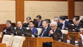 Депутаты мажилиса парламента на заседании в Астане.