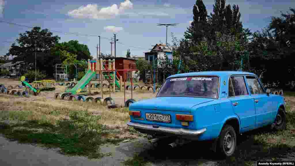 А цей дитячий майданчик і голубник в сільському дворі – під пильним оком «радянського розвідника» на «Жигулях»
