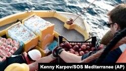 ВМФ Италии доставил гуманитарную помощь беженцам с Aquarius. 12 июня 2018 года.