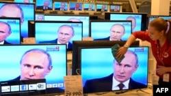 Владимир Путиннің тікелей эфирдегі сұхбатын көрсетіп жатқан телемониторлар. Мәскеу, 17 сәуір 2014 жыл