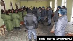 Қырғыздар мен қытай жұмысшылары арасында төбелес болған жерде жүрген полицейлер. Ош облысы, 9 қаңтар 2013 жыл.
