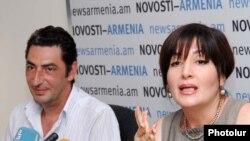 Արման Ավետիսյանը (ձ) լրագրողների հետ հանդիպմանը: 1-ը սեպտեմբերի, 2010թ.