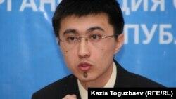 Ерболат Еримбет, заместитель директора департамента аналитики и правовой пропаганды министерства юстиции, выступает на заседании круглого стола по соблюдению Казахстаном прав человека. Алматы, 4 марта 2011 года.