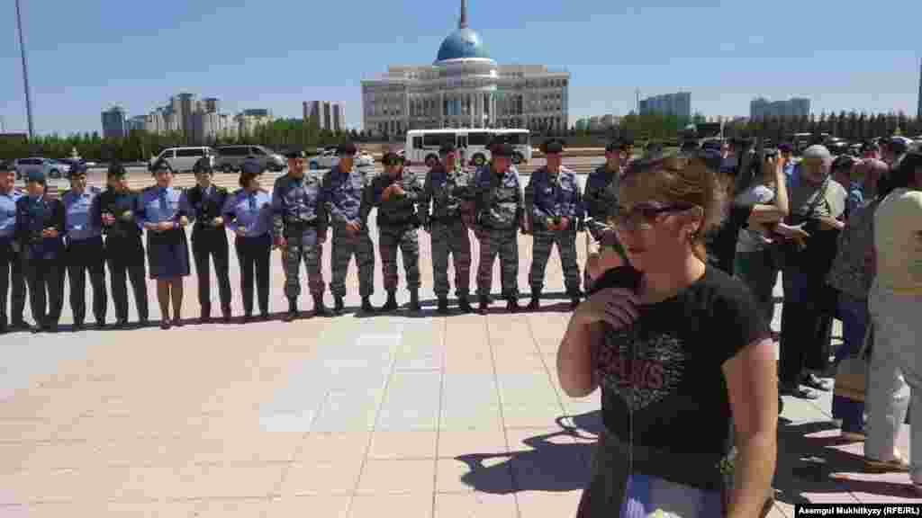 Женщины и полиция. Нур-Султан, 3 июня 2019 года.