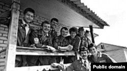Украина -- Чернобыль, ГIезалойчура студенташ, 1986 шо.