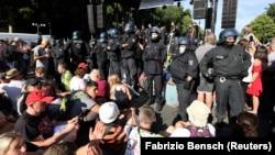 Գերմանիա - Հակահամաճարակային միջոցառումների դեմ բողոքի ակցիայի մասնակիցները և ոստիկանները, Բեռլին, 1-ը օգոստոսի, 2020թ.