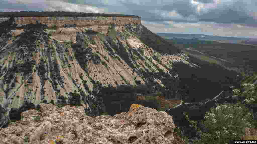 Вид с вершины Чуфут-Кале на соседнее плато и долину