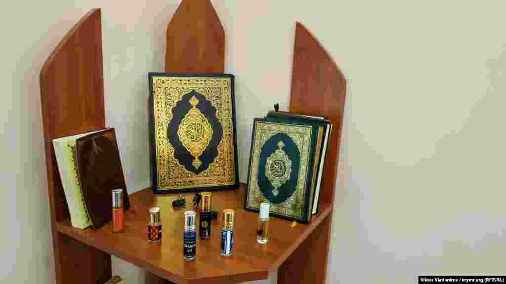 Raflarda Quran ve misler tura
