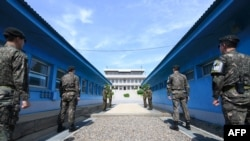 Военнослужащие КНДР и Республики Корея в районе разделительной линии.