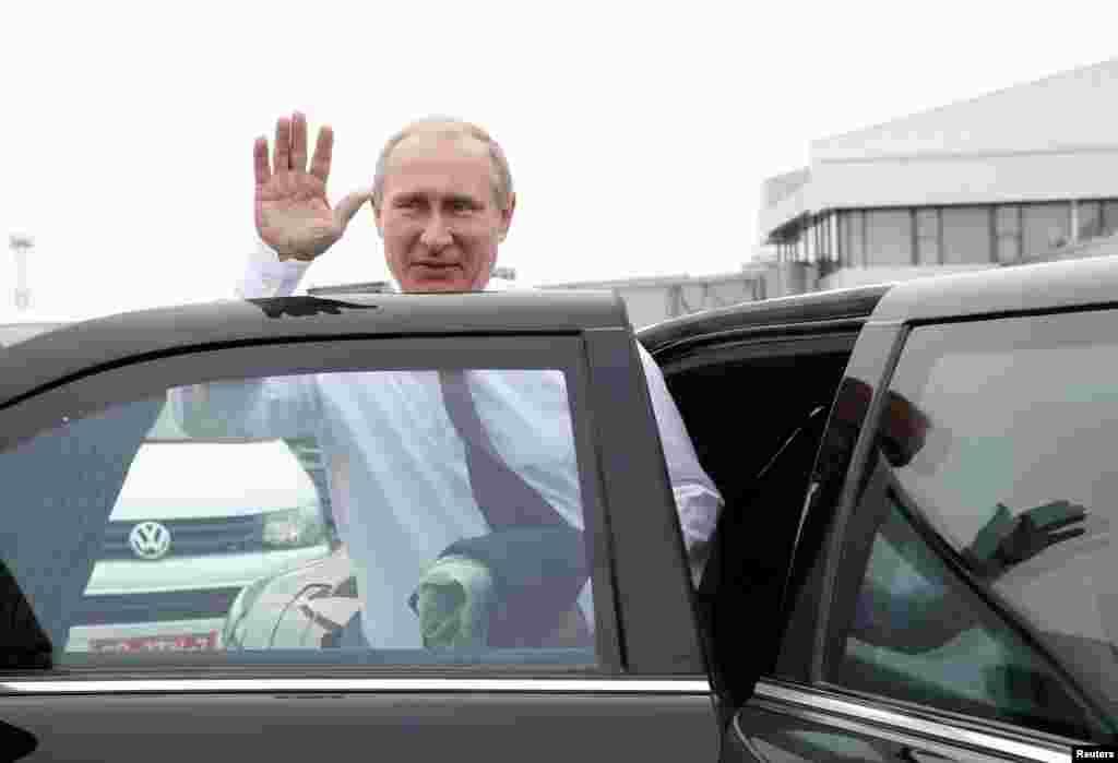 """Президент России Владимир Путин отказался от церемонии приветствия """"хлебом-солью"""" и практически сразу покинул аэоропорт"""