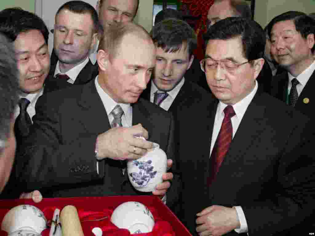 Russia - Russian President Vladimir Putin (L) and Chinese President Hu Jintao (R) visit the Chinese national exhibition at Crokus Expo an exhibition center in Moscow, 27Mar2007 - Caption: epa00968868 Russian President Vladimir Putin (L) and Chinese President Hu Jintao (R) visit the Chinese national exhibition at Crokus Expo an exhibition center in Moscow Tuesday 27 March 2007