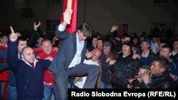 Архивска фотографија - Градоначалник на Струга Зиадин Села ја слави изборната победа, 2013.