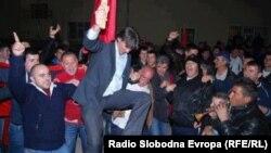 Новоизбраниот градоначалник на Струга Зиадин Села ја слават изборната победа.