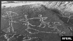 1986 жылы Майтөбе жайлауынан табылған тастағы сурет. 6 мың жыл бұрын қашап түсірілген бұл суретте билеп жүрген адамдар мен домбыра бейнеленген.