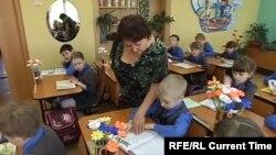 Учитель на уроке в российской школе (архивное фото)
