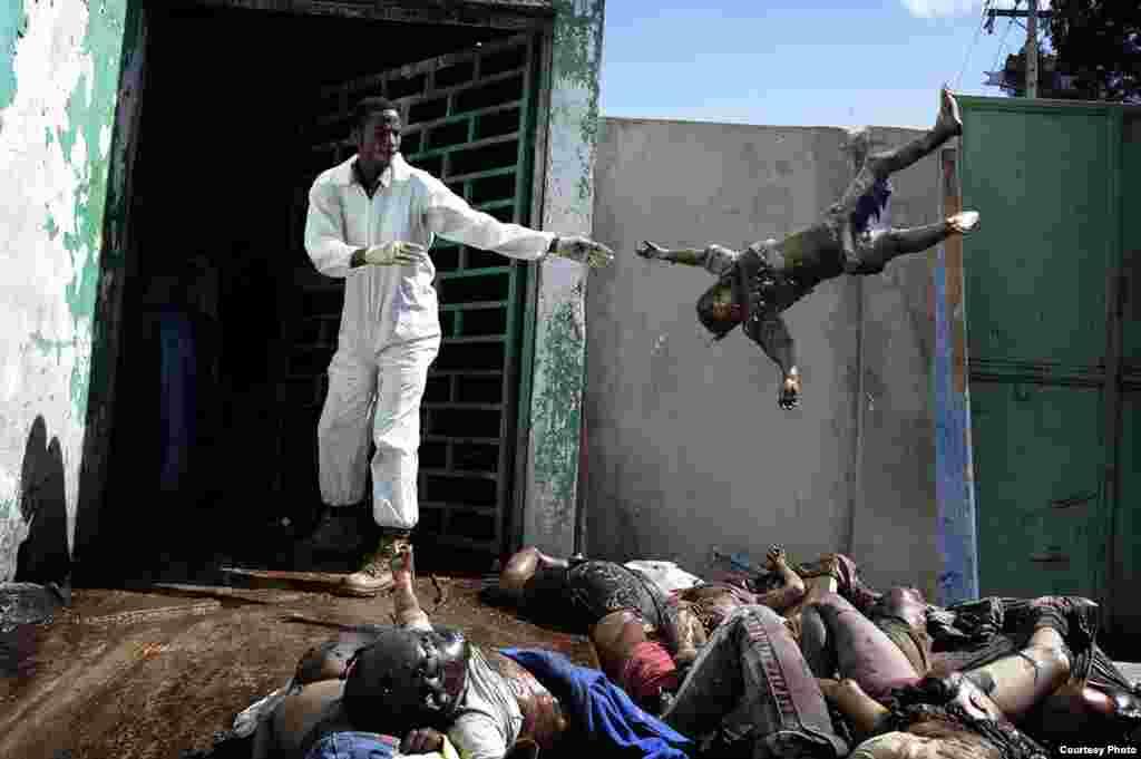 1-е место / События / серии Оливье Лабан-Маттеи, Франция, Agence France-Presse Последствия землетрясения на Гаити, 15-26 января 2010. Мужчина бросает труп на кучу мертвых тел в морге больницы в Порт-о-Пренсе, 15 января 2010.