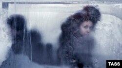Замерзшее окно автобуса, архивное фото