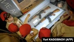 АК-74 автоматынын көргөзмөсүндөгү мектеп окуучулары. Орусия (архивдик сүрөт).