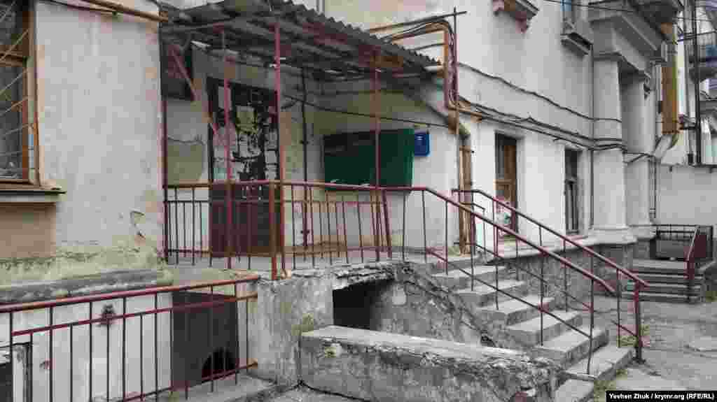 Один из дворов по улице Адмирала Макарова. Вход в первый подъезд дома несколько разрушен, во второй – украшен массивными колоннами