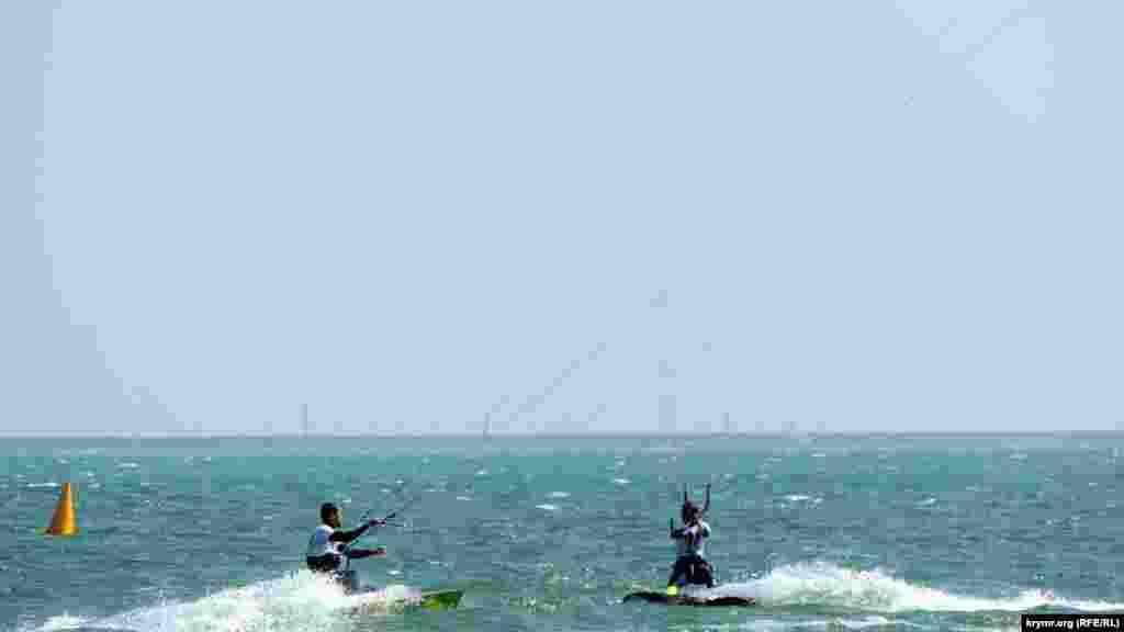 Участники не теряют времени, и проводят время в море, совершенствуя навыки и просто отдыхая