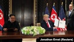 Cингапурдун Сентоза аралындагы АКШнын президенти Дональд Трамп жана Түндүк Кореянын лидери Ким Чен Ындын жолугушуусу, 12-июнь, 2018-жыл.