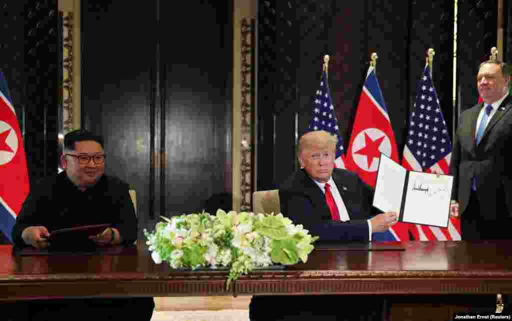 Дональд Трамп демонстрирует Декларацию, подписанную совместно с лидером Северной Кореи.