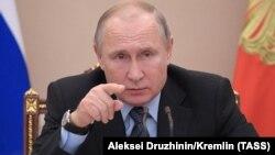 Владимир Путин на совещании с членами правительства РФ в Кремле