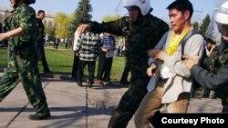 """Маматказы Капаровду """"Мен чындыкты билгим келет!"""" акциясынан кармап баратышкан учуру, 23-март, 2005"""