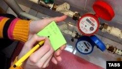 Счетчики воды в квартире одного из жилых домов в Кемерово