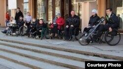 Бабруйскія інваліды-вазочнікі ля адной з установаў культуры