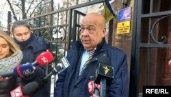 Геннадій Москаль спілкується з журналістами після допиту у Головному слідчому управлінні Генеральної прокуратури