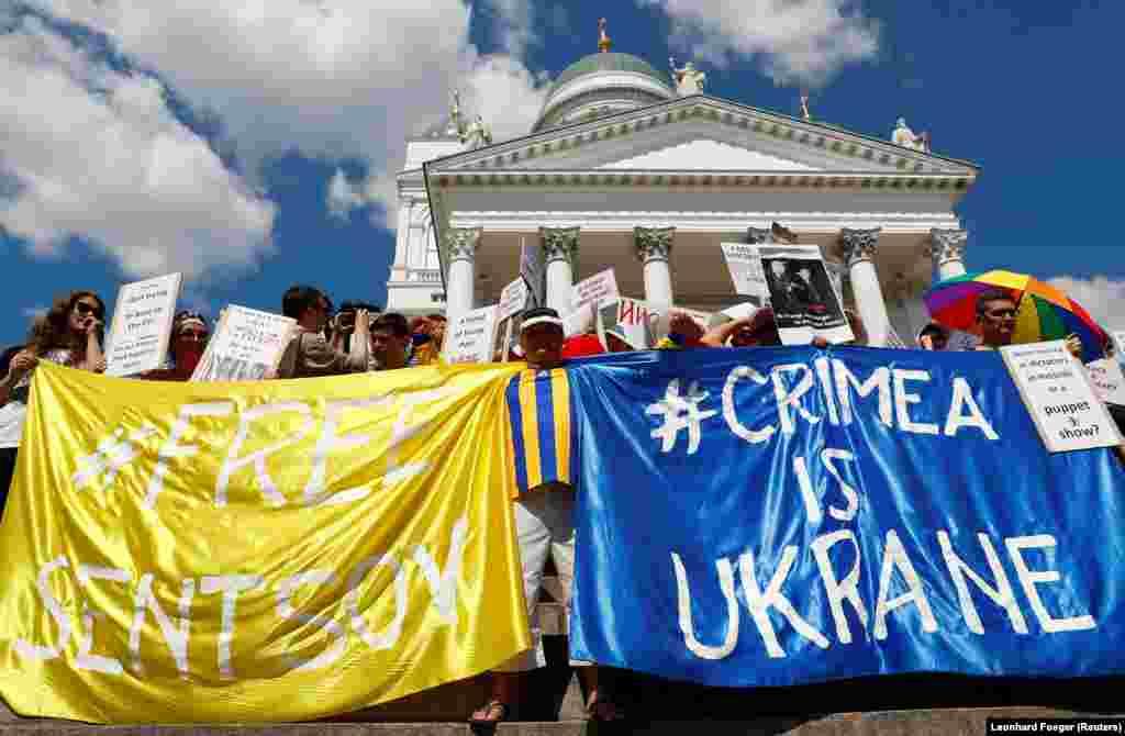 Активісти розгорнули плакати на підтримку кримчанина Олега Сенцова, що голодує у російській тюрмі за Полярним колом