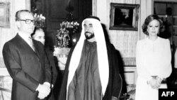 BƏƏ-nin ilk prezidenti Zayed ben Sultan al-Nahyan İran şahı Mohammed Reza və onun xanımı Farah Diba ilə (1975-ci il)