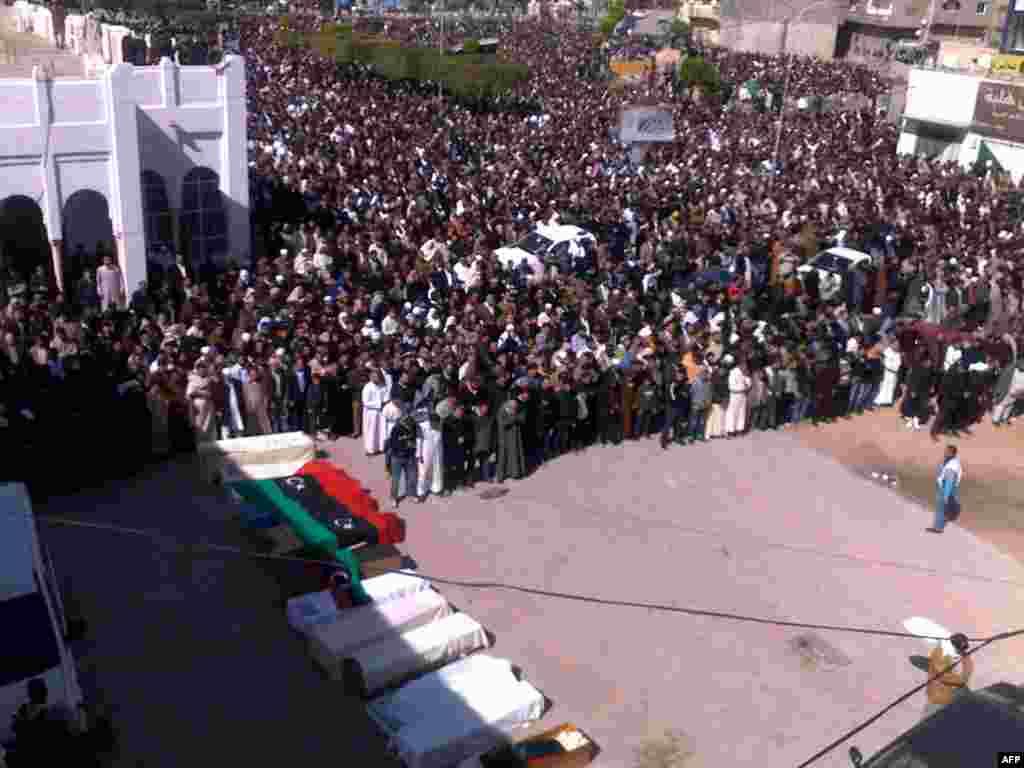 تشییع جنازه چند تن از قربانیان تظاهرات علیه رژیم قذافی در شهر میسورات