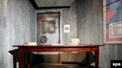 Стол в музее мадам Тюссо, за которым располагалась восковая фигура Гитлера