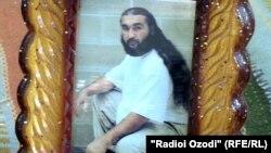 Фотография Давлатова в рамке, по словам родных, была подарена сотрудниками Красного Креста
