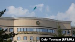 У здания МИД Казахстана в Астане.