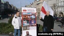 Артур Папок і Зьміцер Сурба на Вацлаўскай плошчы.