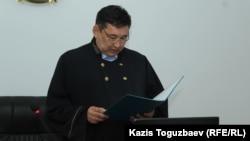 Судья Капшагайского городского суда Жанат Жуматов оглашает приговор по делу о гибели в результате побоев заключенного учреждения ЛА-155/14 Кайрата Егимбаева. Алматинская область, 10 сентября 2019 года.