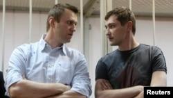 Братья Алексей (слева) и Олег Навальные