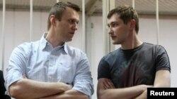 Олексій Навальний (ліворуч) і його брат Олег Навальний у залі суду. Москва, 30 грудня 2014 року