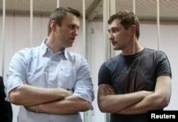 Олексій Навальний (ліворуч) і його брат Олег Навальний у залі суду, Москва, 30 грудня 2014 року