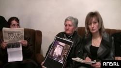 Արխիվ -- Մարտի 1-ի զոհերի հարազատները, Ալլա Հովհաննիսյանը` աջ կողմում
