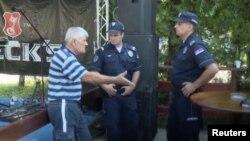 Policija u razgovoru sa meštanima, Žitište