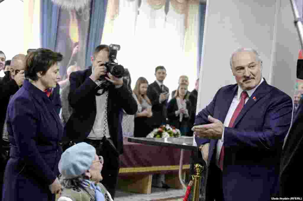 На ўчастку Аляксандар Лукашэнка павітаўся з Тацянай Караткевіч, якая была кандыдатам у прэзыдэнты на выбарах 2015 году