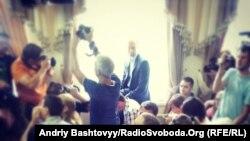 Арсеній Яценюк сидить на підвіконні під час суду у справі побиття журналістів 18 травня