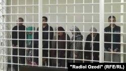 Члены одной семьи, обвиненные в приготовлении к участию в деятельности экстремистской группировки «Исламское государство» (ИГ), на суде по их делу. Худжанд, 18 апреля 2018 года.