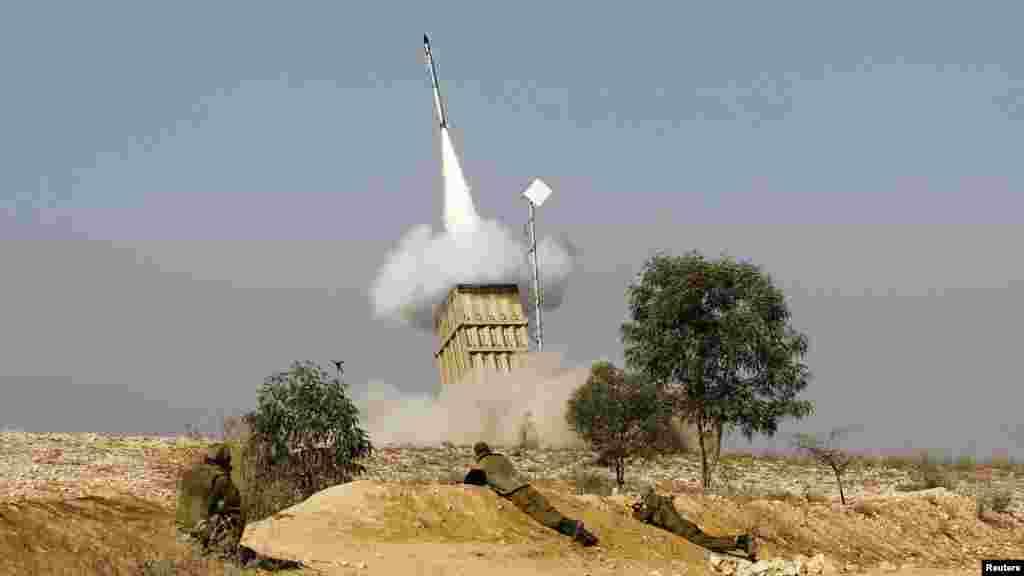 Ізраїльська система протиракетної оборони «Залізний купол» має на меті збивати ракети палестинців, але не завжди це вдається, фото біля міста Беершева на півдні Ізраїлю 15 листопада 2012 року