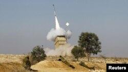 اسرائیل با استفاده از سیستم دفاعی «گنبد آهنین» موشک های فجر حماس را رهگیری می کند.