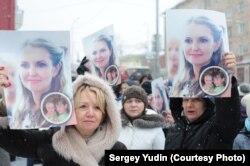 Протестующие с портретами Ольги Залецкой